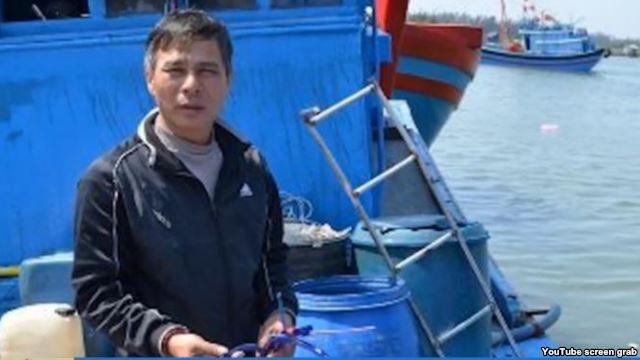 Tàu cá Việt bị đánh chìm, 12 thuyền viên thoát chết