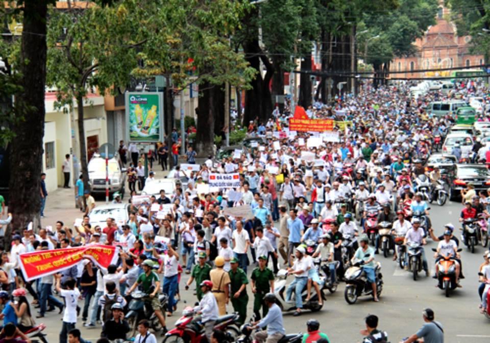 CSVN tung ra hàng ngàn người kềm chặt dân khi biểu tình bùng nổ ở 3 thành phố