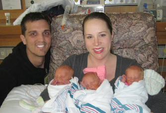 Cha mẹ không phân biệt được trẻ sinh 3 giống nhau như đúc