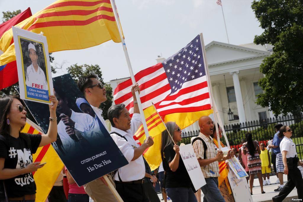 Biểu tình chống Nguyễn Phú Trọng và Đảng CSVN trước Tòa Bạch Ốc