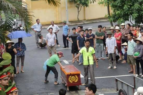 Chồng chết trong trại giam, vợ mang quan tài đến biểu tình tại trụ sở công an huyện