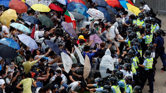 Hồng Kông ngoan cường nhưng giữ vững tinh thần bất bạo động