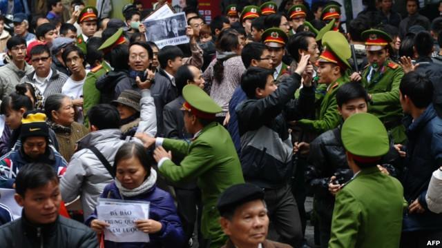Dân chúng hoang mang vì nhận được tin biểu tình chống TQ xâm lược sẽ bị đàn áp