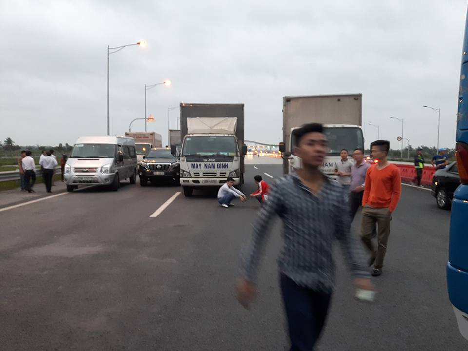 Phản đối tăng phí, hàng trăm xe biểu tình trên đường cao tốc