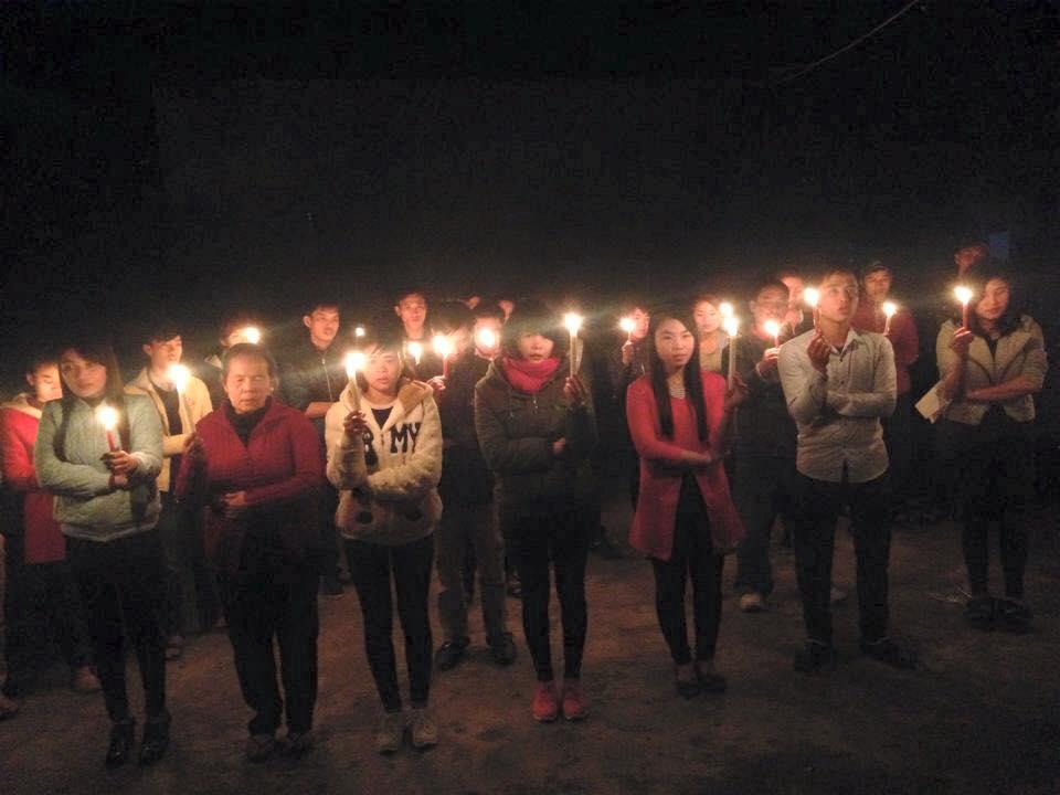 Giới trẻ Vinh thắp nến cầu nguyện cho gia đình Trần Minh Nhật