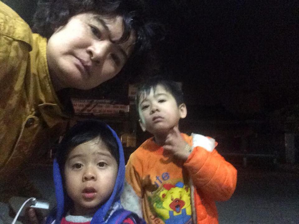 Mẹ con nhà hoạt động dân chủ Trần Thị Nga  bị côn an ném mắm tôm vào người