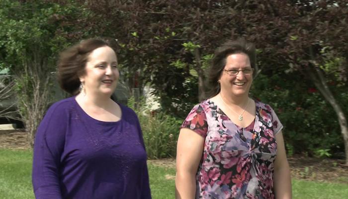 Hai phụ nữ thích đọc sách than thiết từ một lá gan được hiến tặng