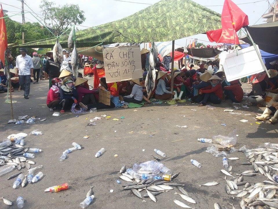 Ngư dân Quảng Bình chặn ngang quốc lộ 1A phản đối Fosmosa