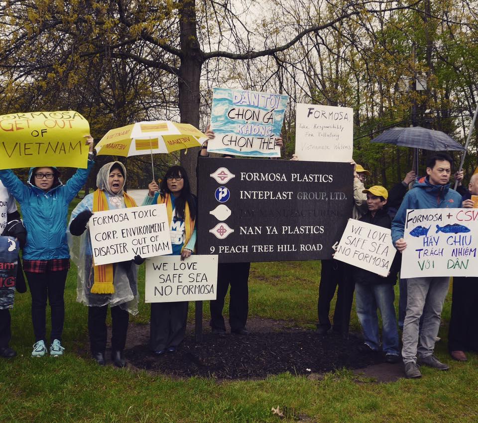 Tiếp nối quốc nội, người Việt tại Hoa Kỳ biểu tình phản đối trước trụ sở Formosa