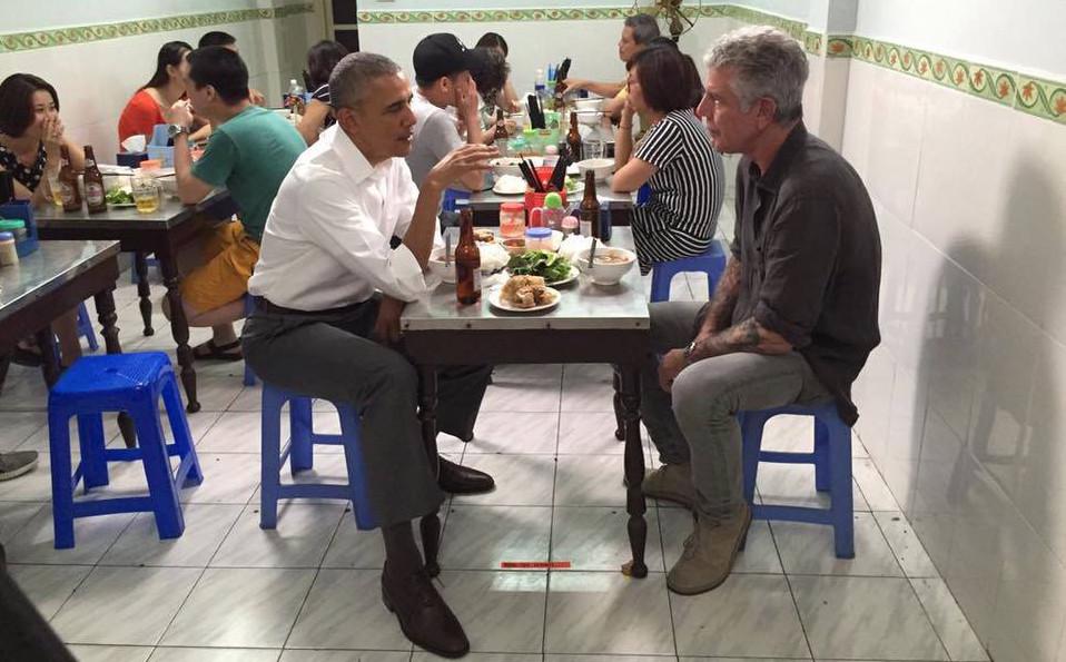 Ký giả CNN đãi Tổng Thống Obama món bún chả và bia tại Hà Nội
