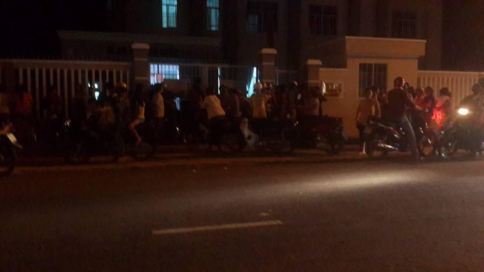 Hàng trăm người dân tràn vào trụ sở xã phản đối chính quyền