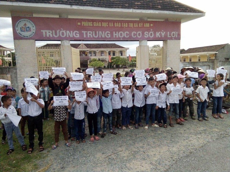 156 em học sinh Hà Tĩnh biểu tình trước cổng trường đòi quyền được học