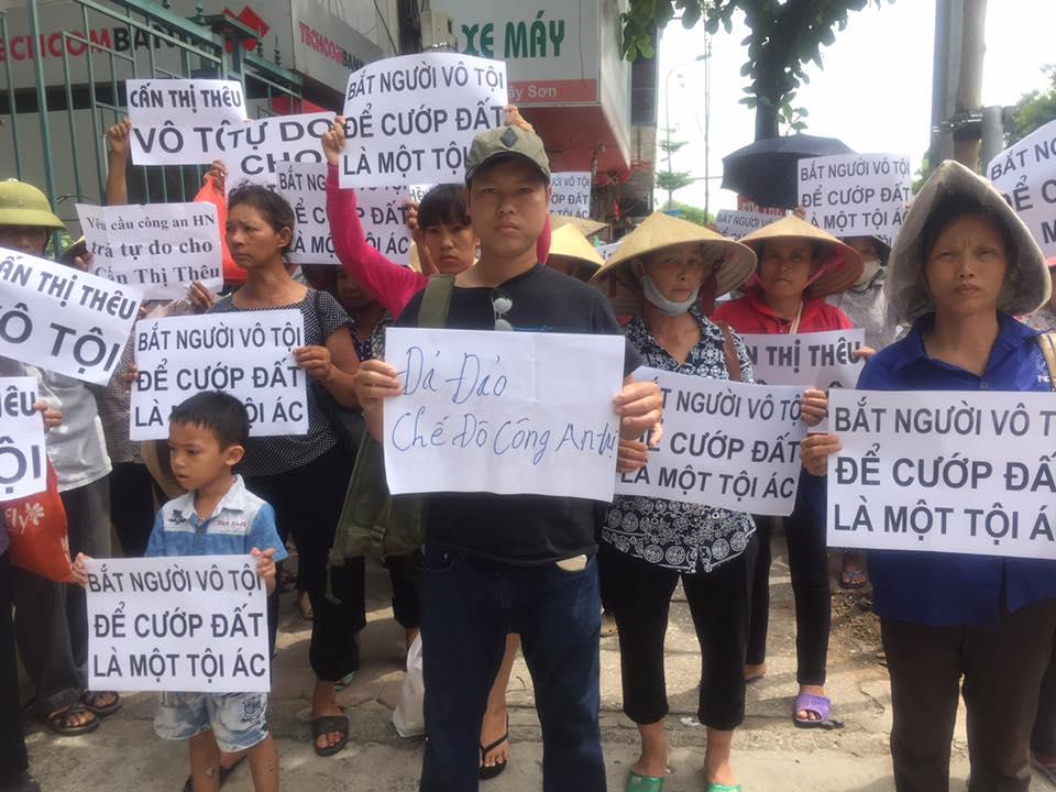 Dân oan biểu tình yêu cầu trả tự do cho bà Cấn Thị Thêu