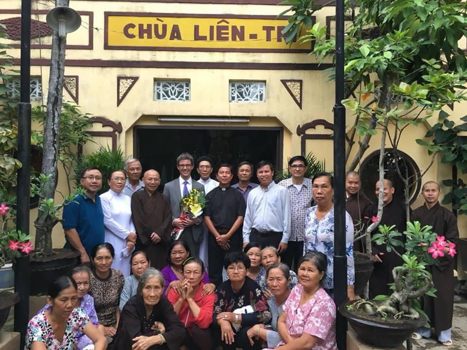 Quyền Tổng Lãnh Sự Hoa Kỳ tại Sài Gòn thăm chùa Liên Trì