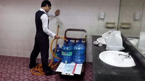 Nước khoáng ở Tân Sơn Nhất lấy từ… vòi nước trong toilet
