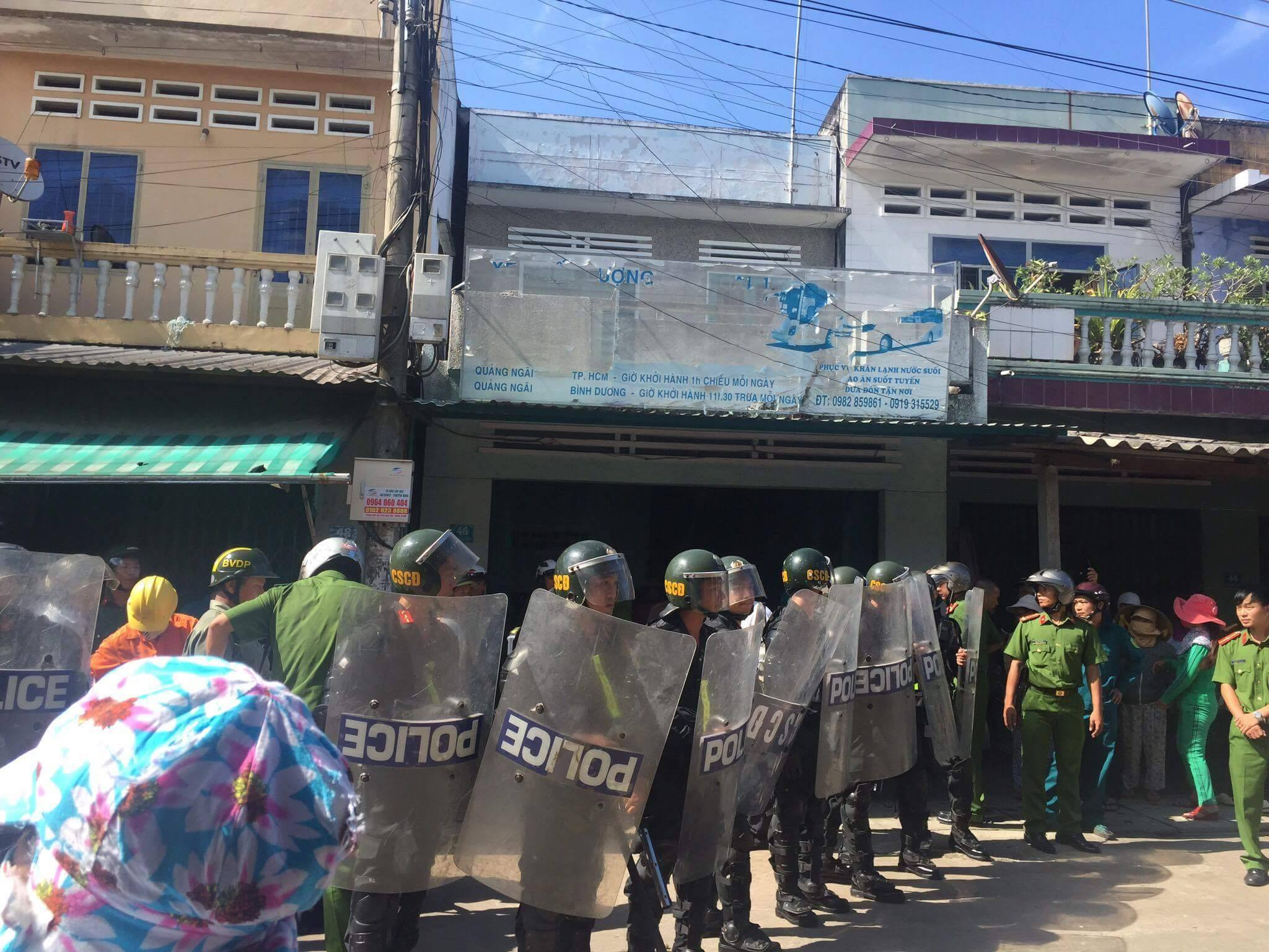 Bị ép sang chợ mới, hàng trăm tiểu thương xuống đường phản đối
