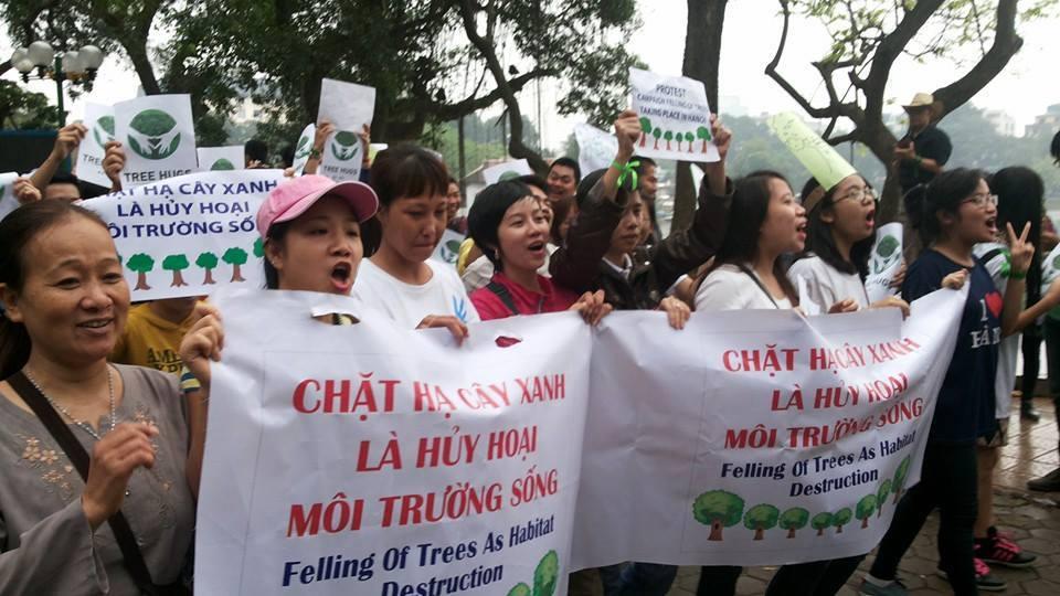 Công an yêu cầu người dân dừng việc in áo yêu cây xanh