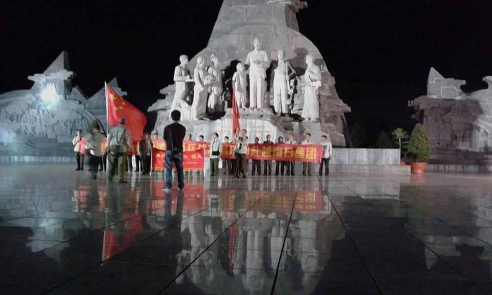 TIN NÓNG: Một nhóm người Trung Cộng phất cờ, căng biểu ngữ ở Lai Châu