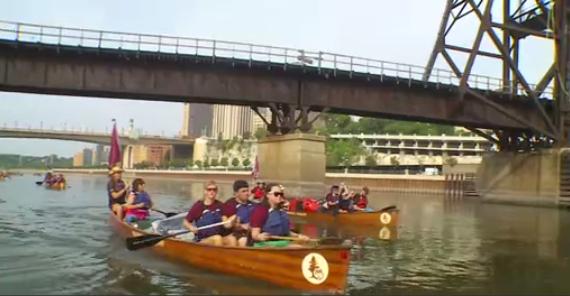 16 sinh viên dự khóa học trên sông