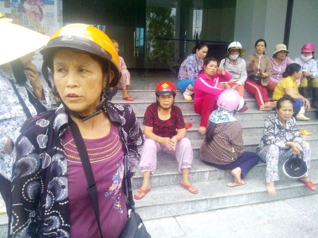 Hàng chục tiểu thương vây quanh trụ sở tiếp dân Huế