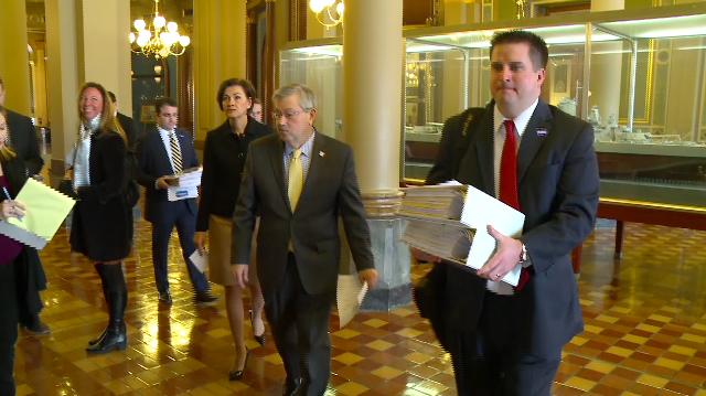 Thống đốc Iowa thu thập đủ chữ ký đề cử