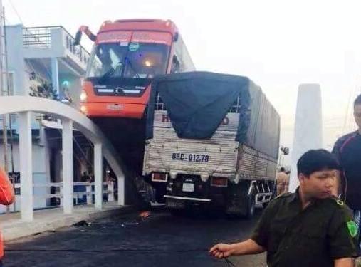 Xe đò Phương Trang leo thành cầu làm khách một phen kinh hoảng