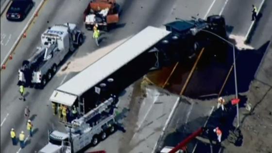 Xe tải gặp nạn, đổ 42 ngàn pound mật ong xuống xa lộ Los Angeles
