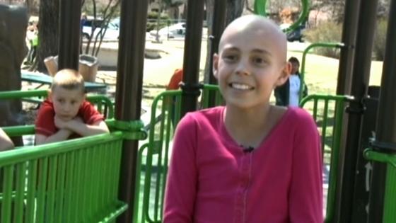 Nữ sinh bị đuổi học sau khi cạo đầu hổ trợ một người bạn ung thư