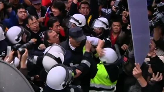 Người biểu tình ủng hộ và chống chính phủ Đài Loan xô xát nhau