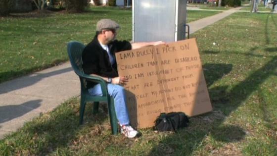 Một ông Ohio bị toà bắt đeo bảng, vì bắt nạt hàng xóm suốt 15 năm