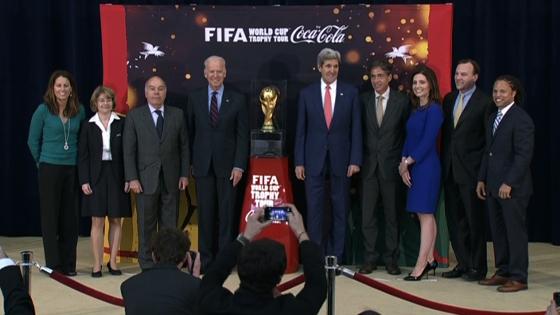 Phó tổng thống Joe Biden và Ngoại trưởng John Kerry đón cúp thế giới đến Hoa Kỳ