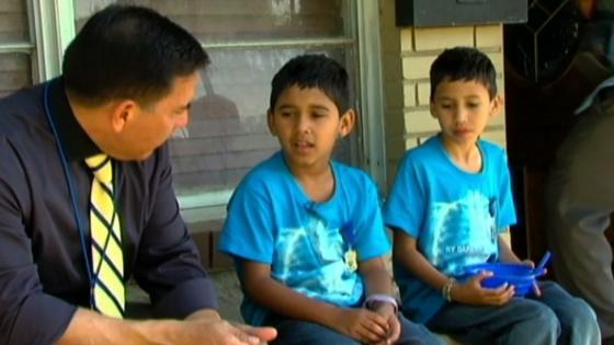 Cặp sinh đôi 7 tuổi chống cự kẻ bắt cóc ở Texas