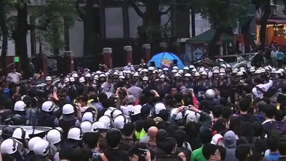Người Đài Loan biểu tình chống nguyên tử xô xát với cảnh sát