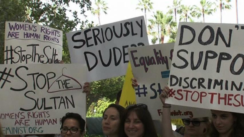 Người biểu tình tập trung trước khách sạn Beverly Hill sau khi Quốc Vương Brunei áp đặt luật Sharia