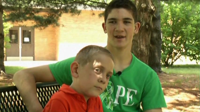 Thiếu niên Michigan cõng em trai suốt 40 dặm để báo động về bệnh bại não