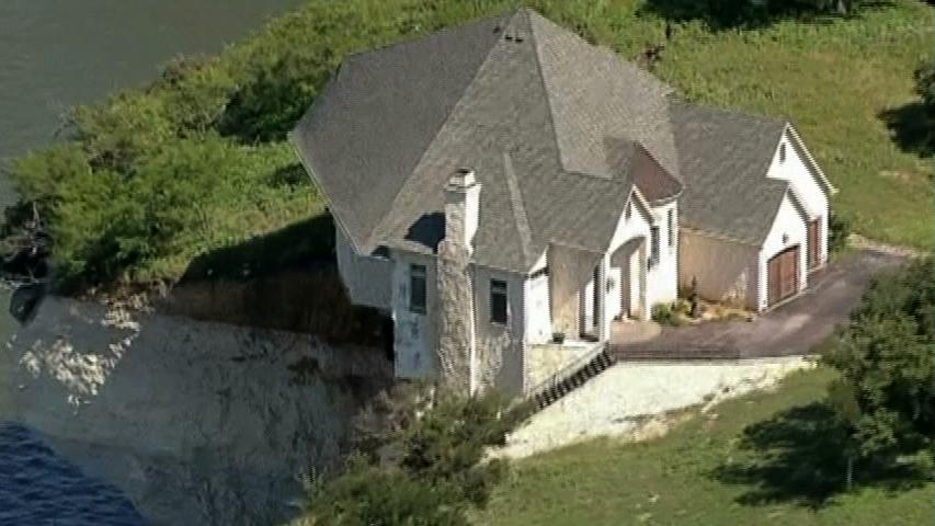 Ngôi nhà sang trọng ở Texas đung đưa trên vách đồi sau trận lở đất
