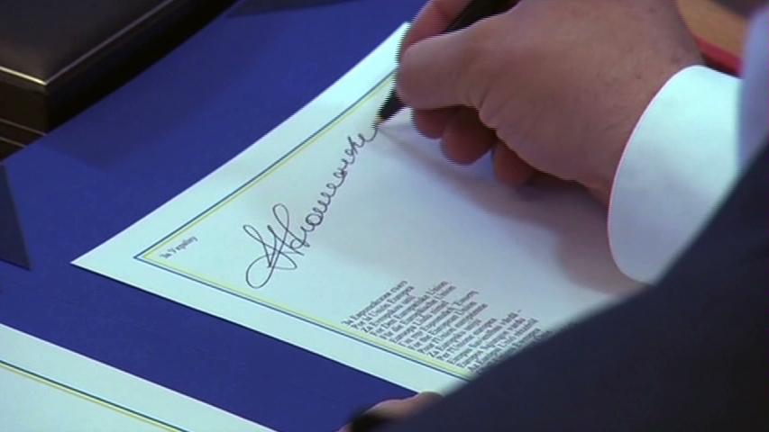 Tổng thống Ukraine ký hiệp ước với Liên Âu