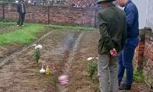 Nữ sinh trường y mang xác con vừa sinh dấu sau vườn