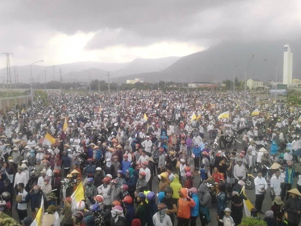 Hàng chục ngàn dân Hà Tĩnh biểu tình chiếm Formosa, công an tháo chạy