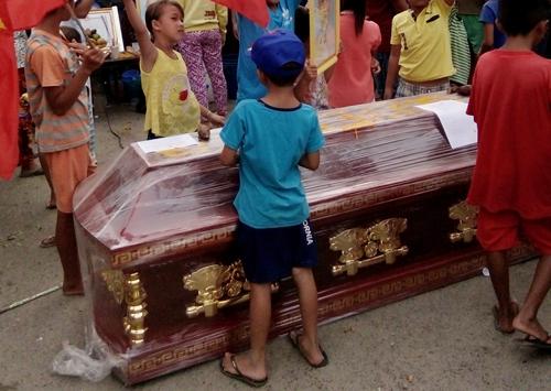 Tiểu thương Bạc Liêu mang quan tài diễu phố phản đối di dời chợ