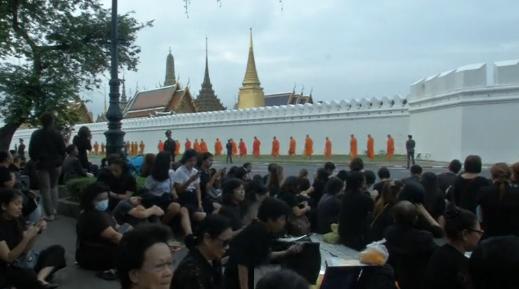 Người Thái tụ họp quanh Hoàng Cung tỏ lòng thương tiếc cố Quốc Vương Bhumibol