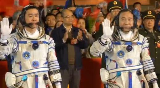 Trung Quốc phóng 2 phi hành gia lên vũ trụ