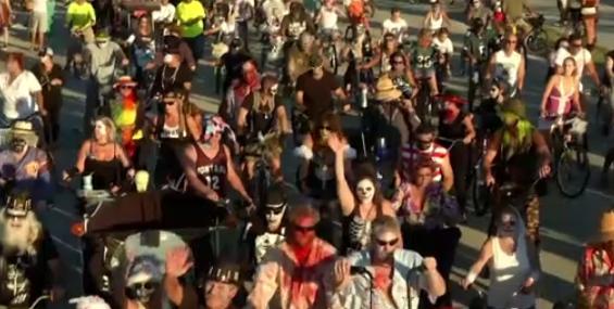 Hàng ngàn zombie tuần hành bằng xe đạp ở Florida