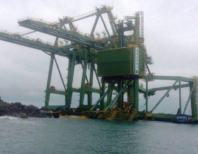 Sà lan chở 3 giàn cần cẩu của Formosa bị bão đánh dạt vào biển Quảng Bình