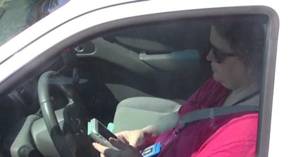 Cảnh sát bắt tài xế điện thoại khi lái xe