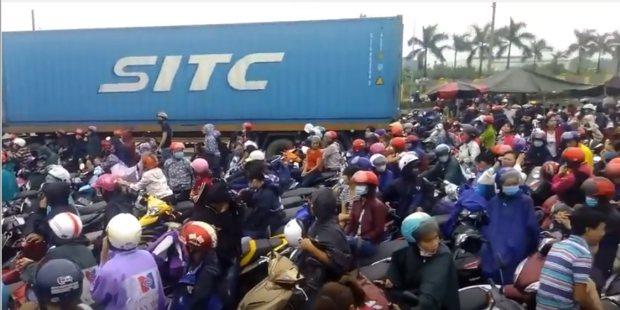 Hải Dương: Hàng ngàn người dân chặn quốc lộ biểu tình phản đối ô nhiễm môi trường