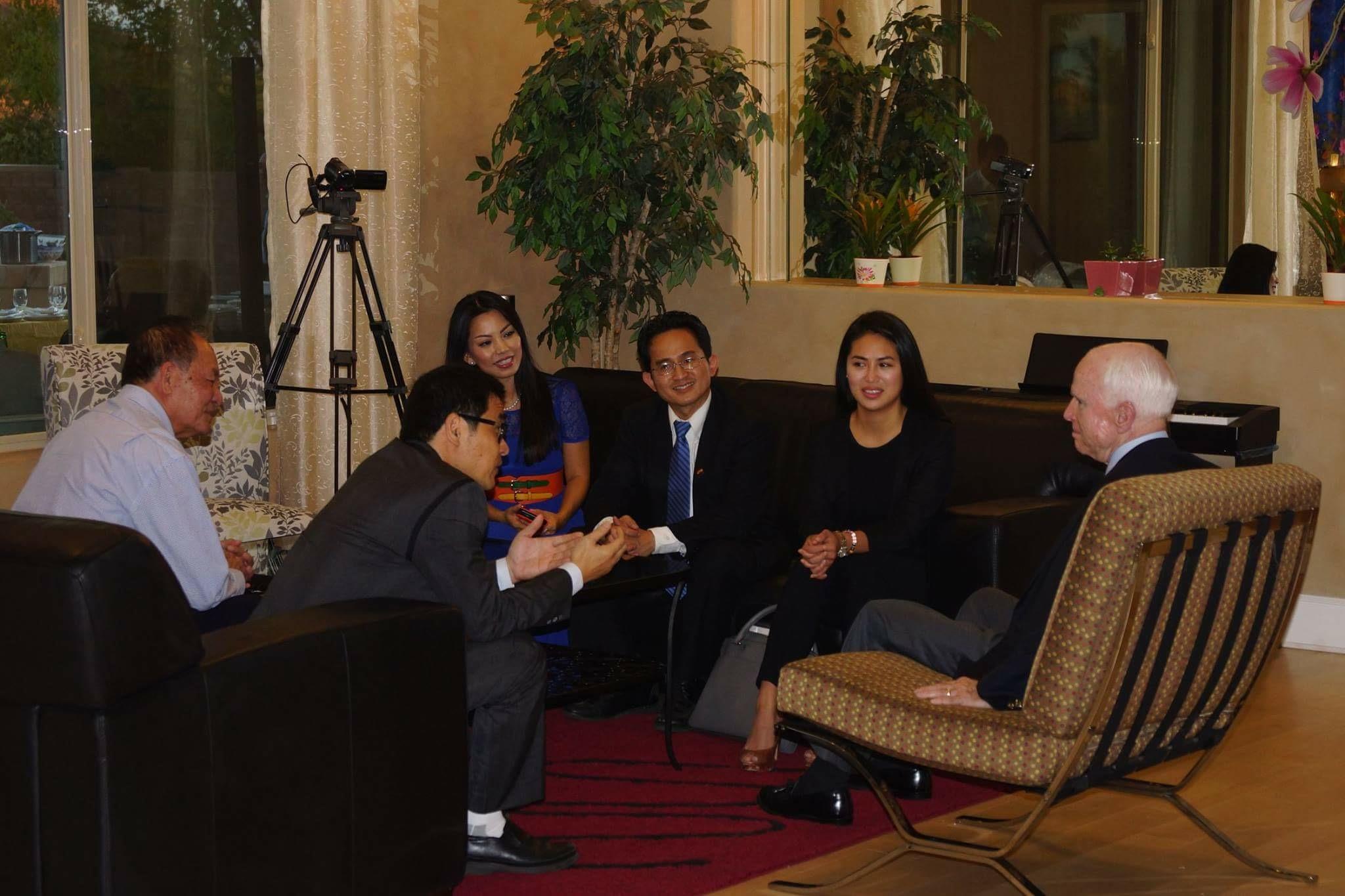 Một người con H.O tham gia thuyết phục TNS John McCain thúc đẩy chương trình H.O