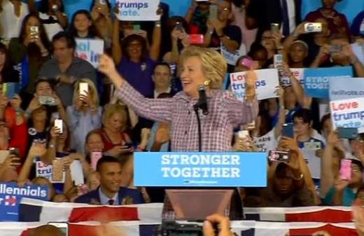 Bà Hillary Clinton đã kích ông Trump bất bình thường