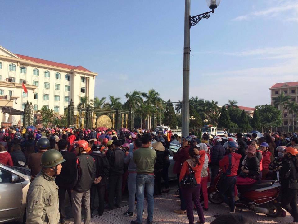 Bà con tiểu thương Hà Tĩnh tiếp tục biểu tình sang ngày thứ 3
