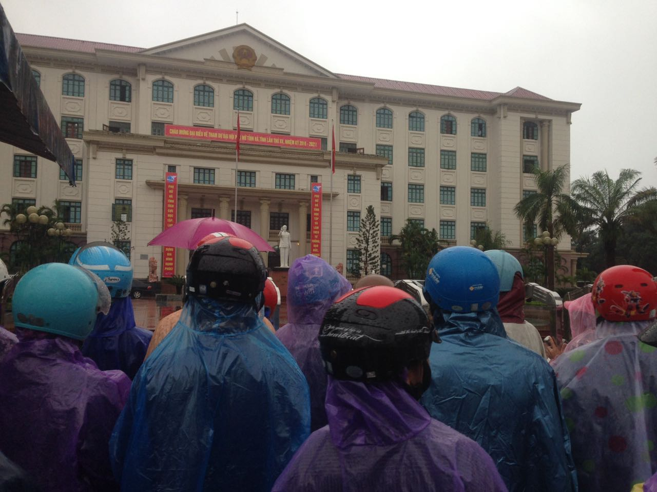 Ngư dân Hà Tĩnh vây ủy ban tỉnh đòi bồi thường thiệt hại